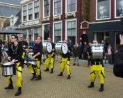 Sternse Slotlanders Drumline op brede plaats in Franeker tijdens modeweekend